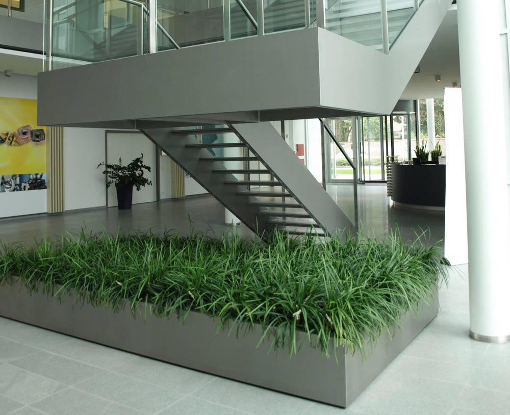 Begrünung im Bürogebäude mit einem Pflanzbecken als Sonderanfertigung