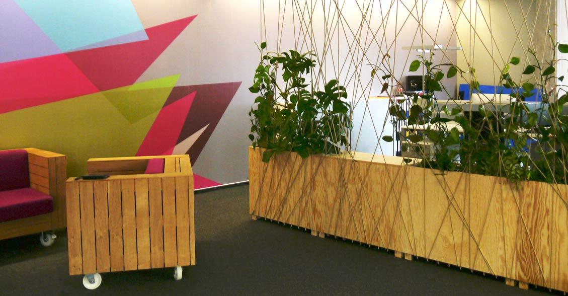 Moderne Arbeitsplatzgestaltung mit bepflanzten Raumtrennern in Open Space Büro