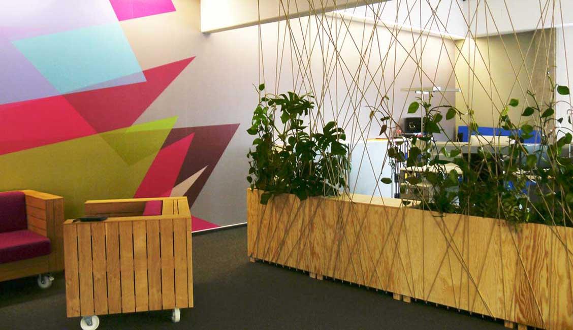 Bepflanzte Raumtrenner strukturieren der Arbeitsbereich im Großraumbüro