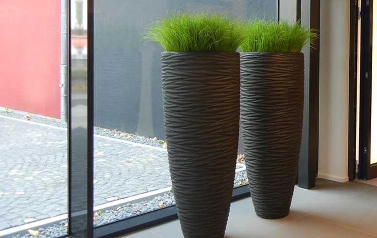 Textilpflanzen in hohen Pflanzsäulen, akzente raumbegrünung