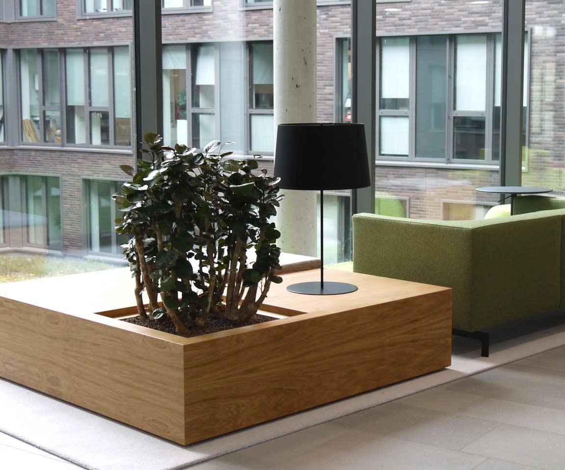 Individuelle Bürogestaltung mit bepflanzten Möbeln